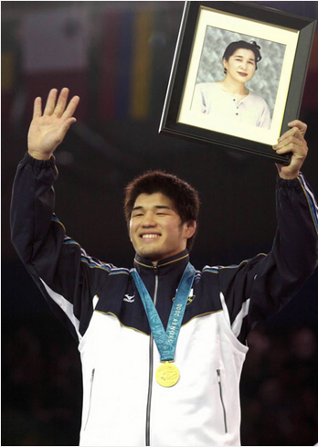 井上康生の妻はデスノート所有者!?母の遺影を掲げた五輪表彰式を振り返る。